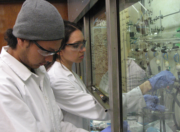 Jose Araujo works in the lab with USC Dornsife mentor Priscilla Antunez, a graduate student in the chemistry PhD program. (Photo/Richard Brutchey)