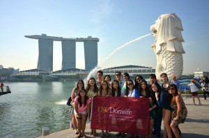 USC Dornsife undergrads visit Singapore's iconic Merlion with Saori Katada, professor of international relations. In the background is the Marina Bay Sands, a shopping center, hotel and casino. (Photo/Vivian Wu)