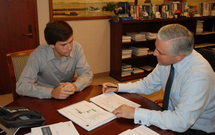 Gateway intern James Freymuth learns how to create an equity market outlook from his boss, Michael Reilly, chief investment officer and director of U.S. equity research at the TCW Group. (USC Photo/Susan Bell)