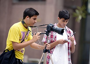 Eduardo Serpa and Chris Grismer are among the 17 young reporters participating in this year's Summer@USC program. (Photo/Alan Mittelstaedt)