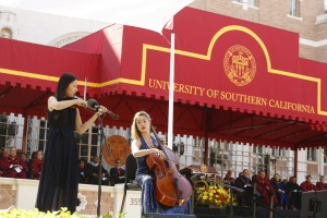 USC Thornton's Yue Qian and Leah Hansen entertain the crowd. (USC Photo/Steve Cohn)
