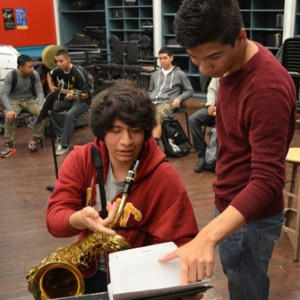 Eduardo Mollinedo-Piñon gives musical advice to Foshay student Christopher Ayuso. (USC Photo/Erica Christianson)