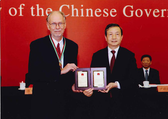 University Professor Michael Waterman with Chinese Vice Premier Ma Kai, who awarded him the People's Republic of China Friendship Award at a ceremony held in the Great Hall of the People at Tiananmen Square. (Photo/courtesy of the State Administration of Foreign Experts Affairs of China)