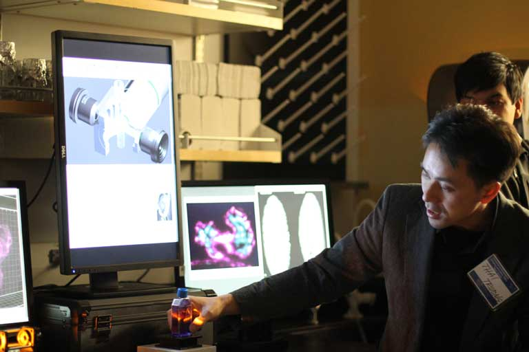 USC Dornsife research scientist Thai Truong visits the High-Speed Microscopy Lab. (USC Photo/Cristy Lytal)