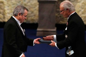 Arieh Warshel accepts the Nobel Prize from King Carl XVI Gustaf