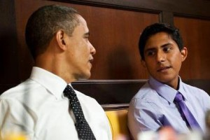 President Obama dines with Oscar De Los Santos near the White House.