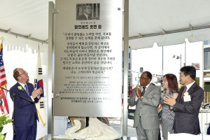 USC President C.L. Max Nikias, Los Angeles County Supervisor Mark Ridley-Thomas, daughter Leslie Song and Korean Consul General Kim Hyun-myung Kim at the Alfred Hoyun Song Station (USC Photo/ Gus Ruelas)
