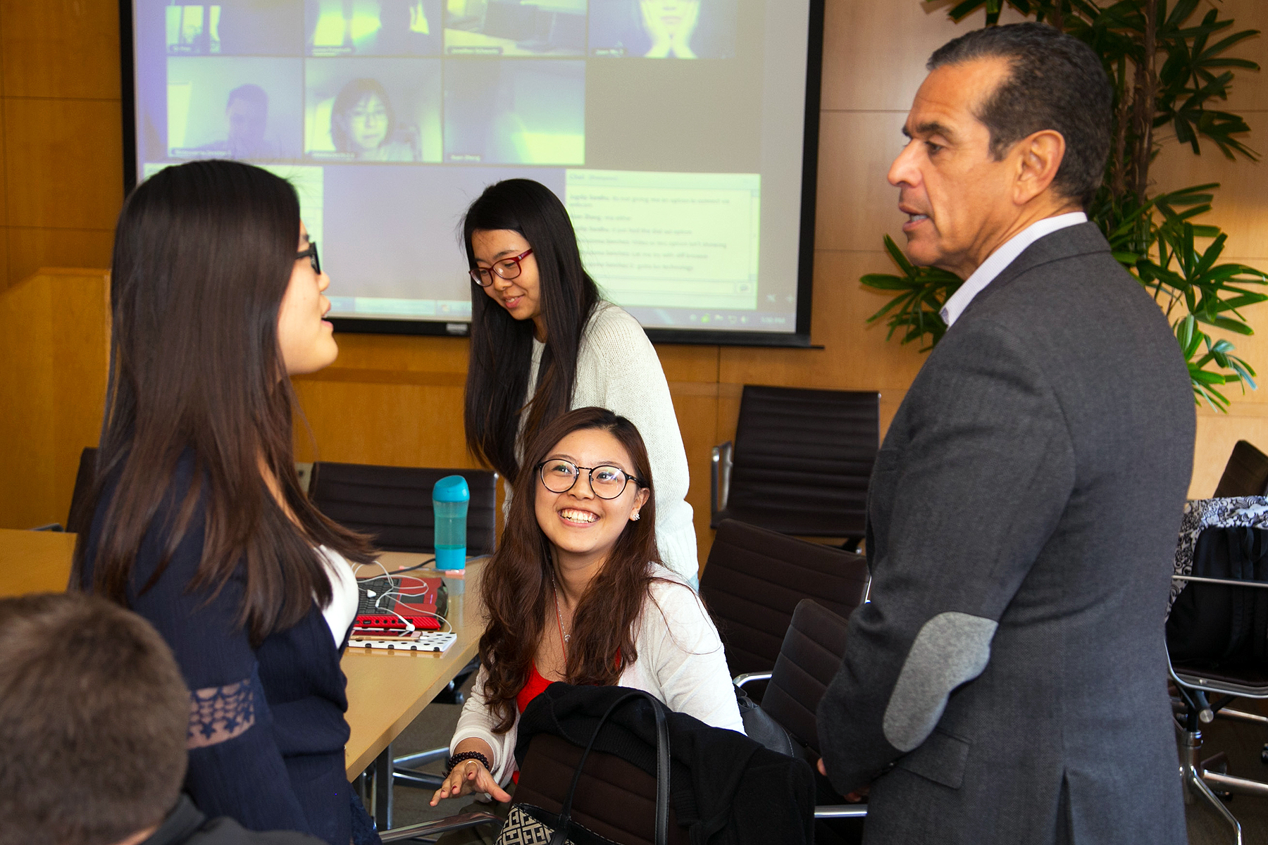 Villaraigosa meets with students at USC while online students in Sacramento join via a webcast. (Photo/Tom Queally)