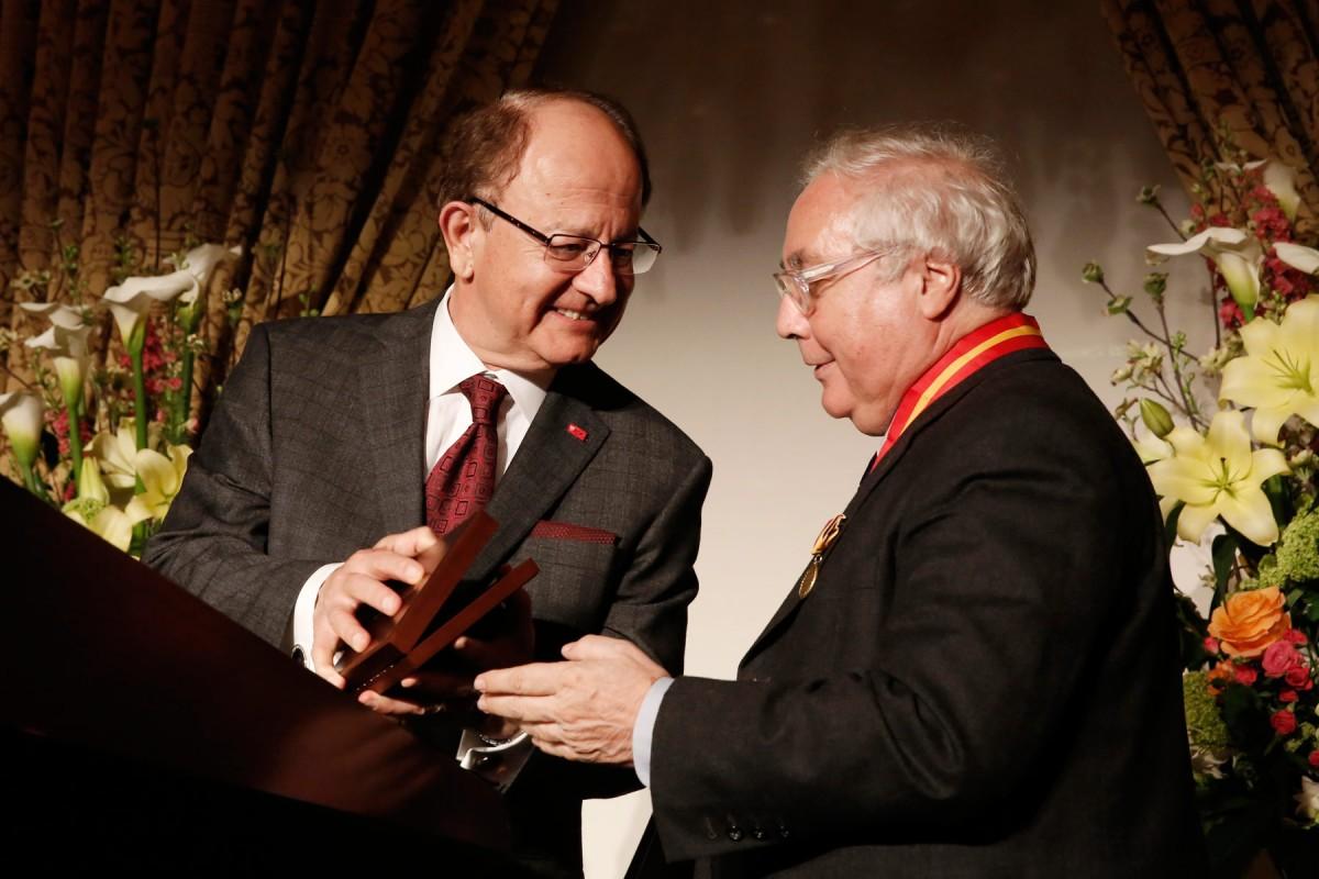 Manuel Castells receives medallion