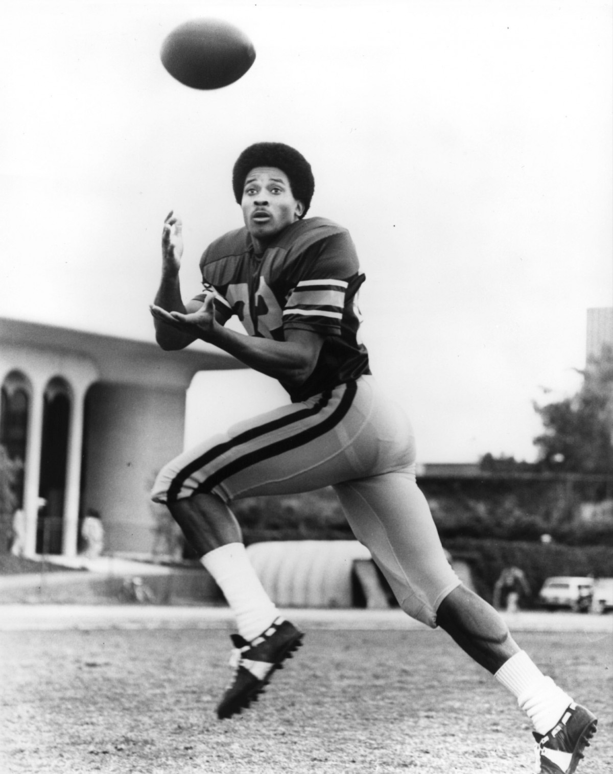 Lynn Swann playing football at USC