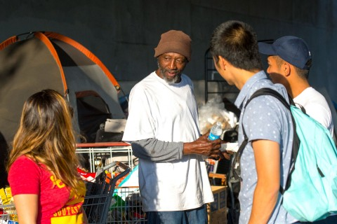 Student volunteers of the USC chapter of Share a Meal chat with Terry Williams who lives on the streets Los Angeles. (USC Photo/Gus Ruelas)