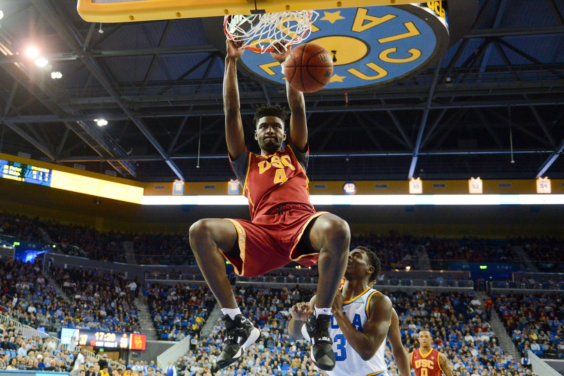 USC basketball player dunking