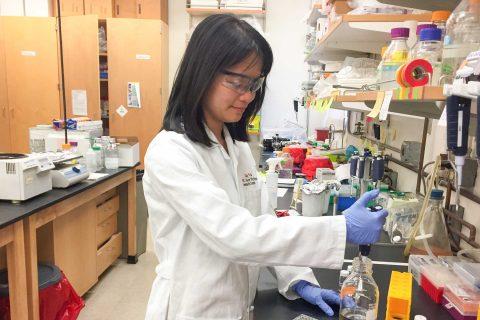 Caiqun Yu in lab