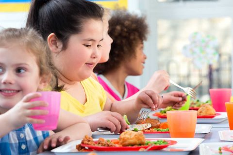 children eating in school cafeteria