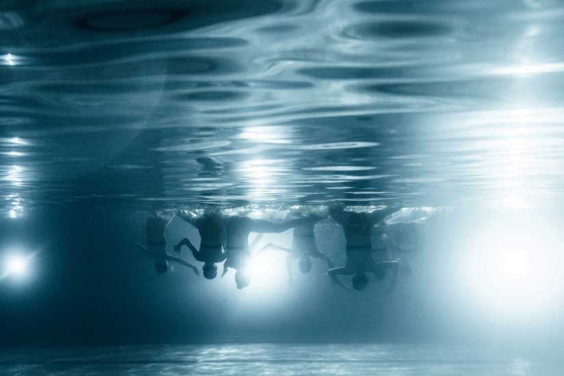 Underwater photo of synchronized simmers
