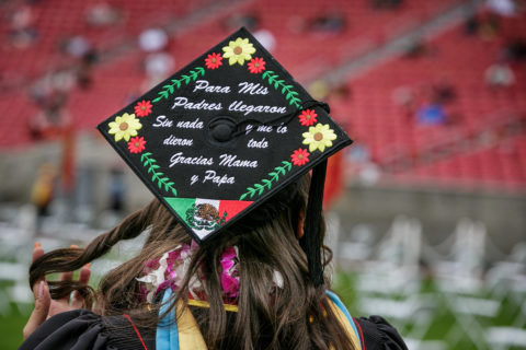 Student's graduation cap with message of thanks in Spanish